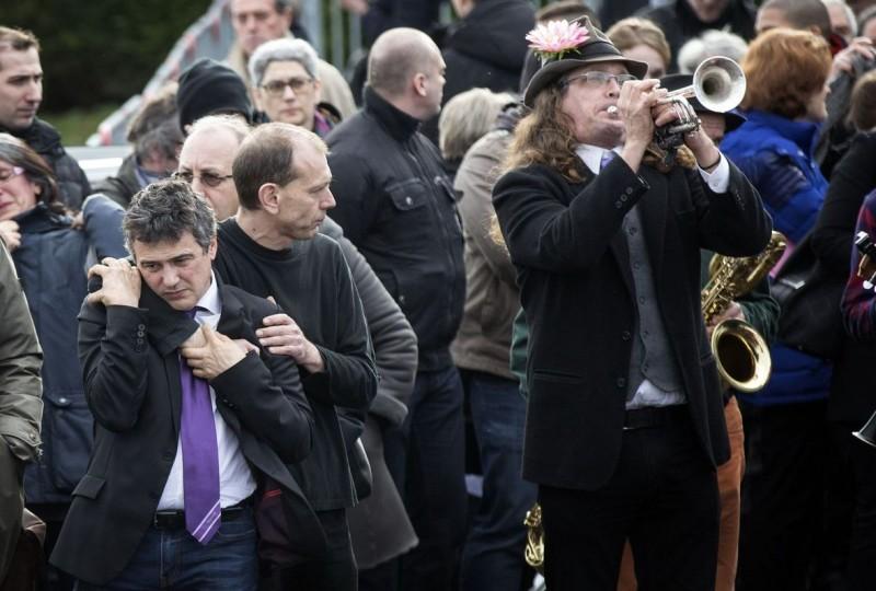 Charb a été enterré le 17 janvier au son de Dirty old town joué par le groupe Lénine Renaud